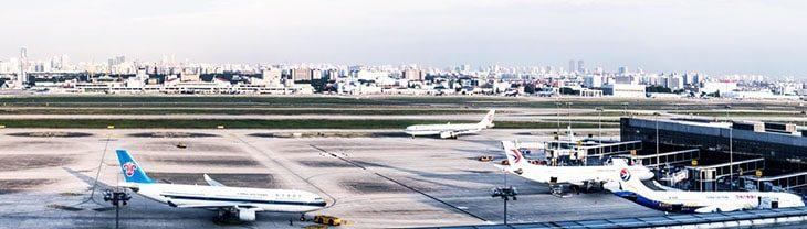 Стоянка самолетов на взлетной полосе