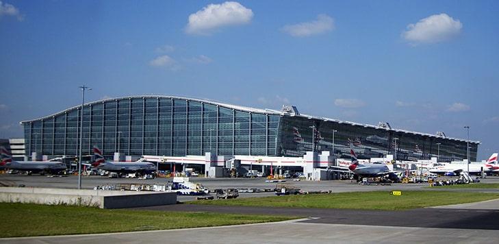 Самолеты компании British Airways на фоне аэропорта Хитроу